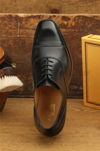 En klassisk svart cap toe oxford kan vara riktigt snyggt även när kvinnor  bär dem. Här Barkers modell Munro. I och med att damskor är mindre i  storlekarna ... afd91afb385b9