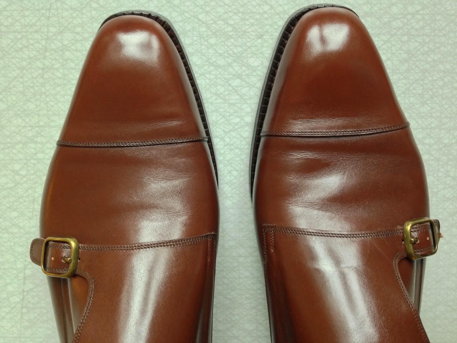 En bild ovanifrån där man kan ana att det precis nedanför tåhättan på  utsidan av skorna 8bab613ccd04b