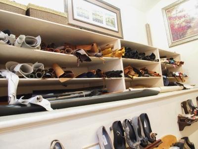 online store a9a35 bc632 Läderhylla mitt i butiken som vittnar om att här fortfarande görs skor.